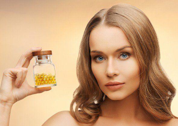 omega-3 kapsulü tutan kadın